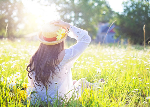 Jeune femme assise dans l'herbe