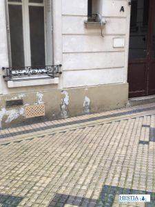 remontées capillaires entrée de maison de ville